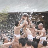筥崎宮・玉せせり(2005)の画像