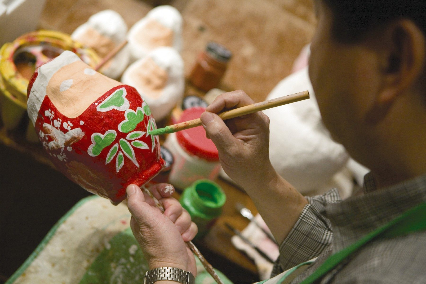 博多張子・ひとつひとつ手際良く彩色(2007)の画像