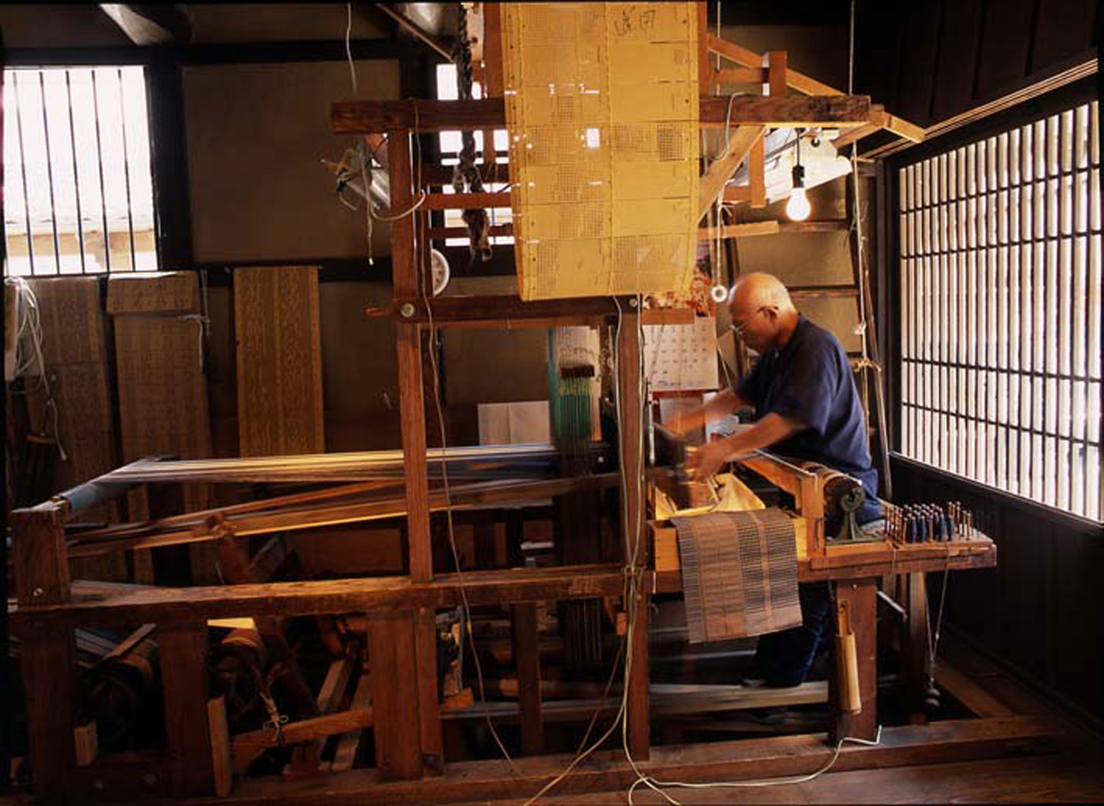 ふるさと館・手織りによる博多織の実演(撮影年不明)の画像