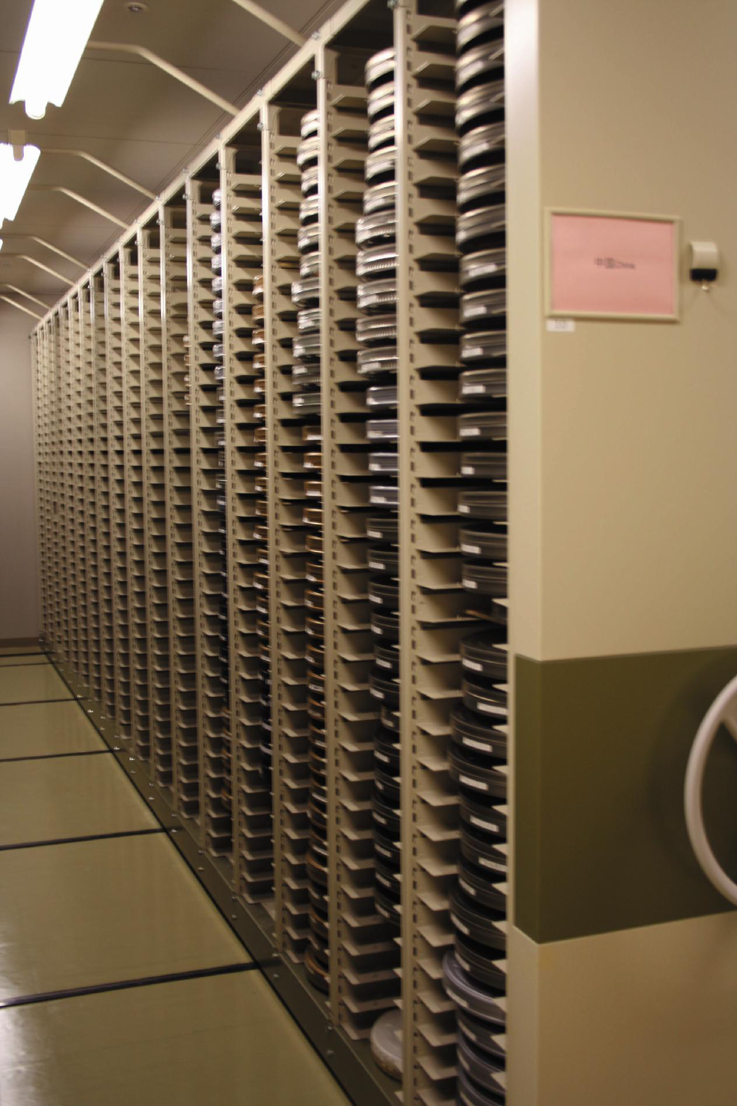 総合図書館のフィルム収蔵庫(撮影年不明)の画像