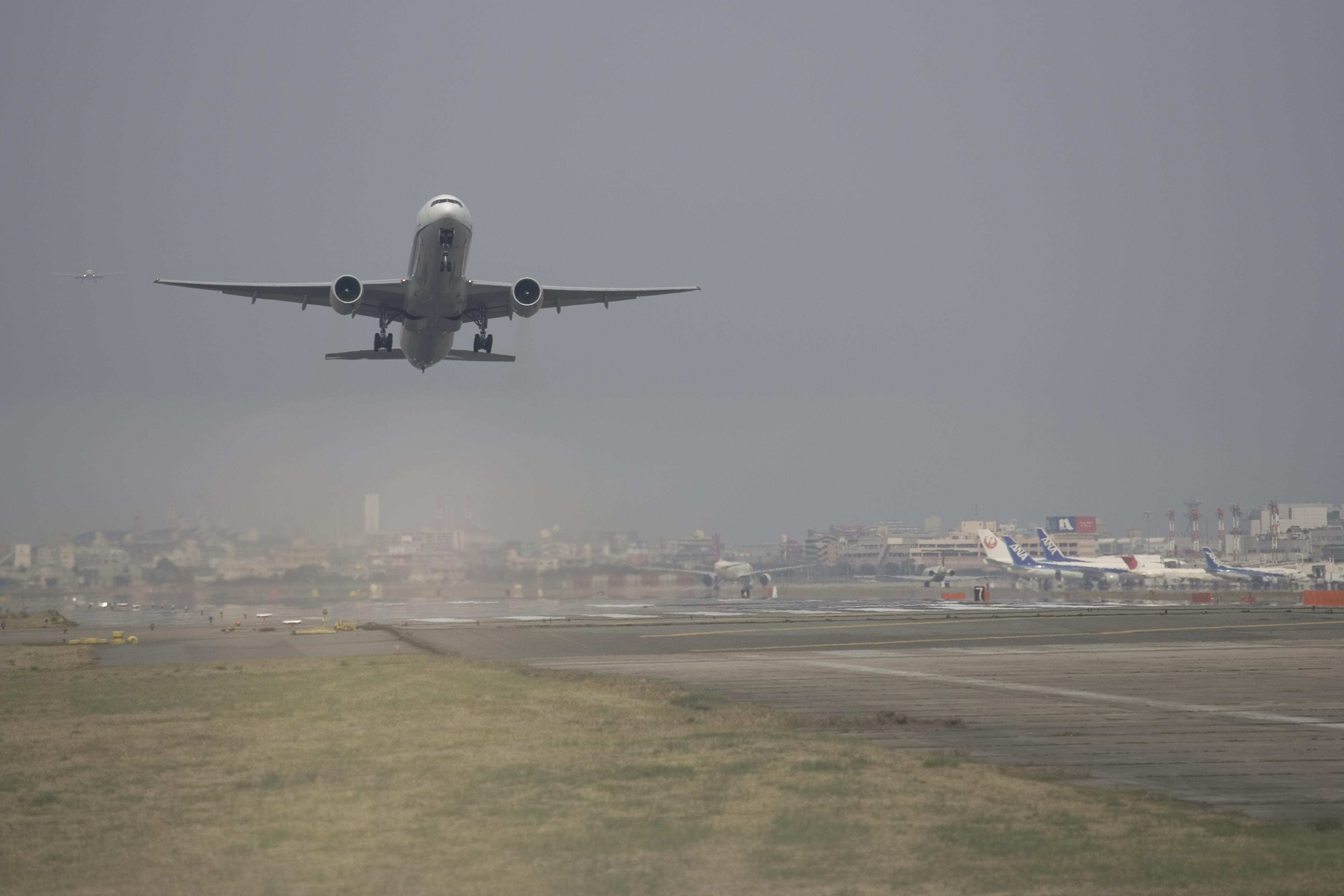 都心部に近く便利な福岡空港(2005)の画像