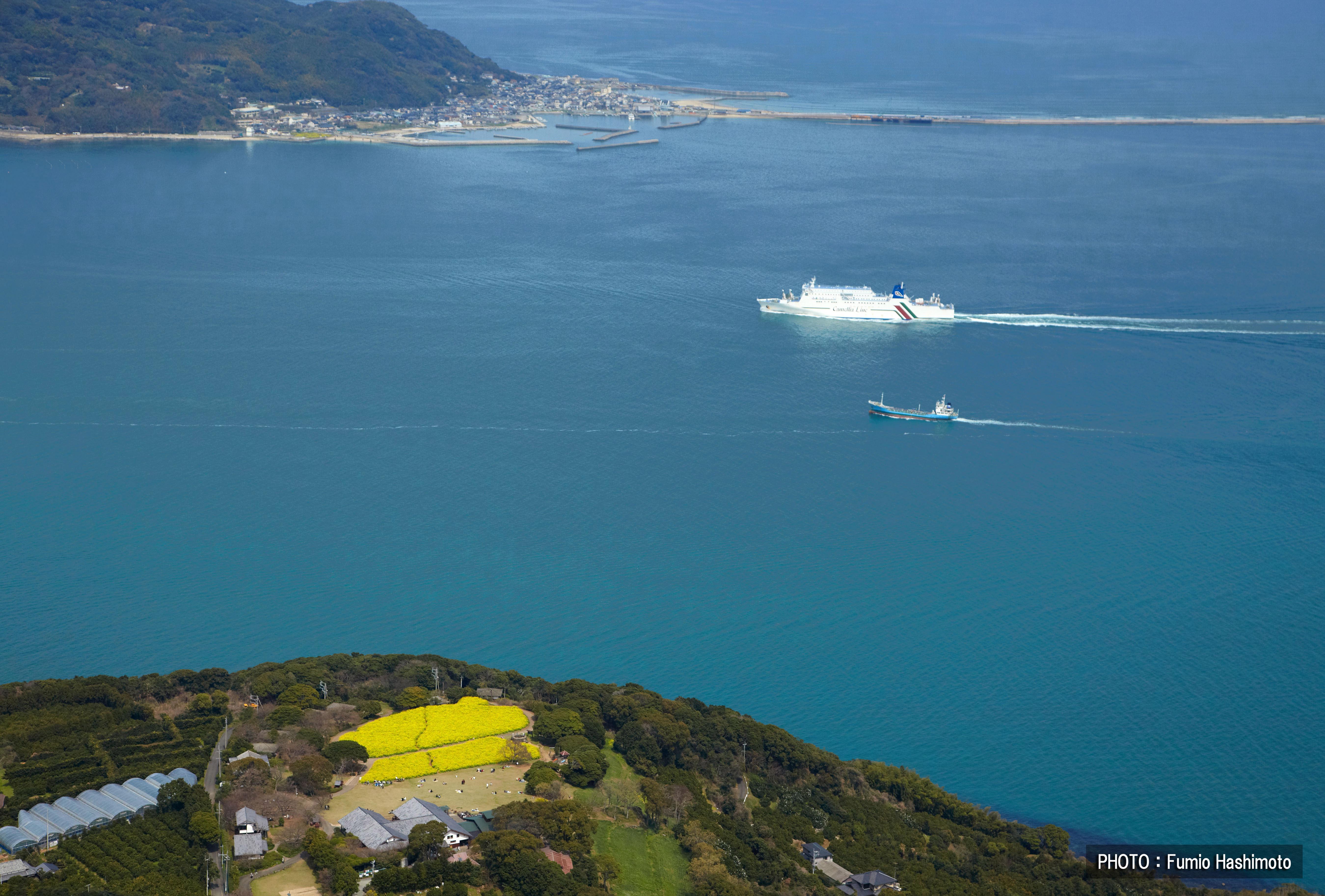 能古島と志賀島の間を韓国への客船が進む(2009)の画像