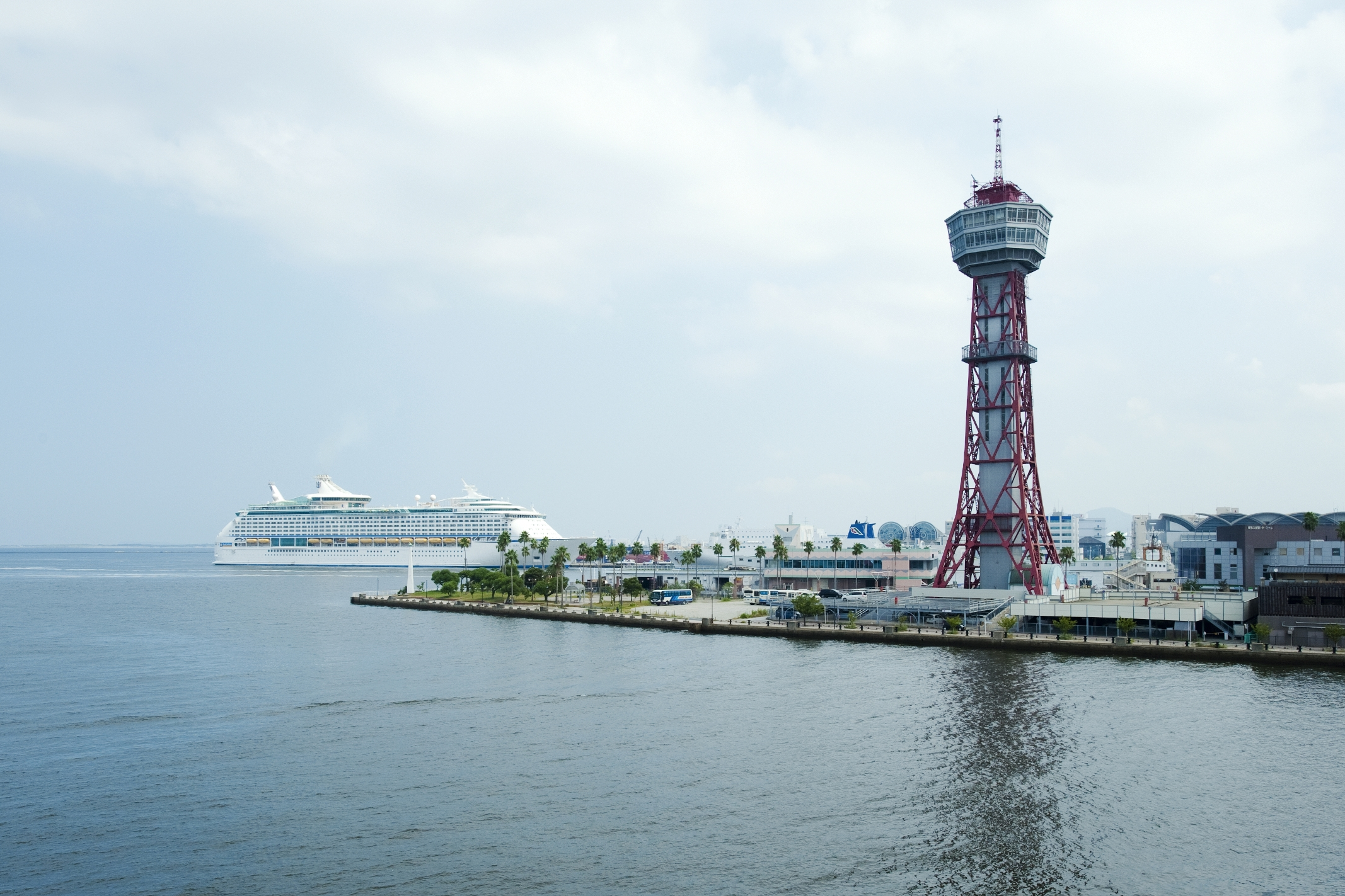 博多ポートタワーとクルーズ船 ボイジャー・オブ・ザ・シーズ(2014)の画像