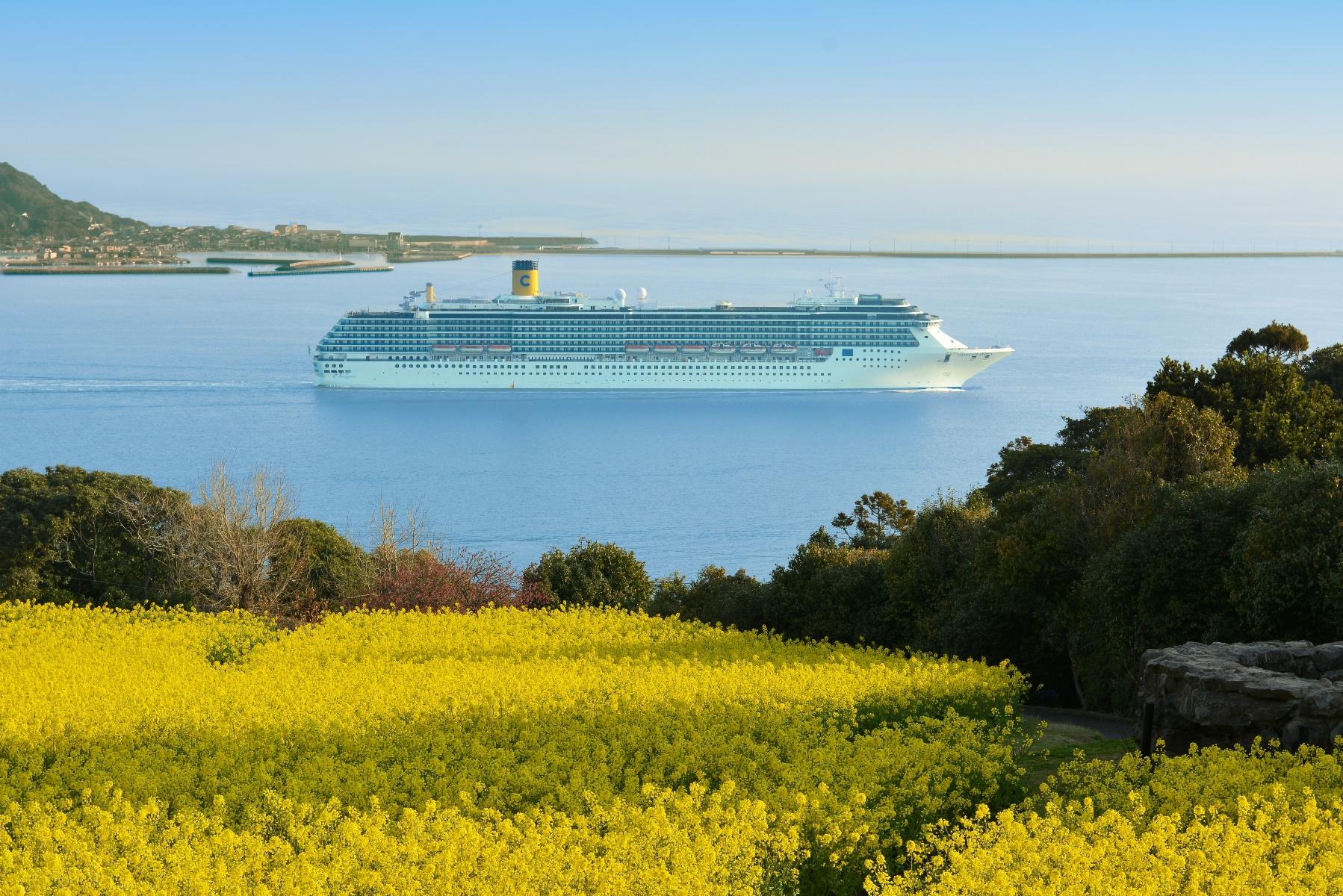 能古島とクルーズ船 コスタ・アトランチカ(2014)の画像