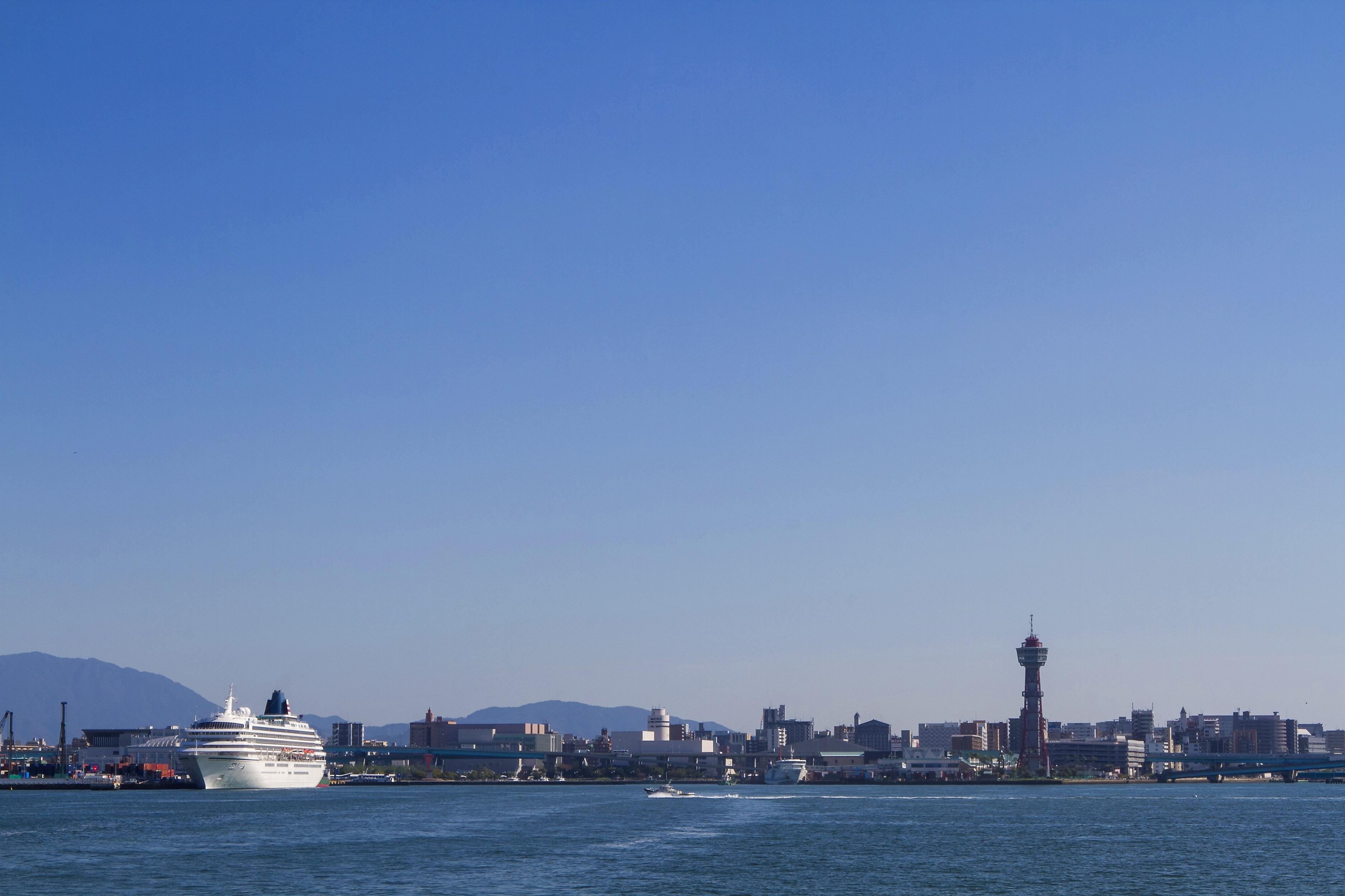 博多港とクルーズ船 飛鳥Ⅱ(2014)の画像